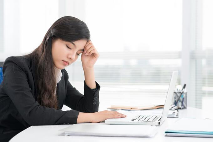 デスクで疲れている女性