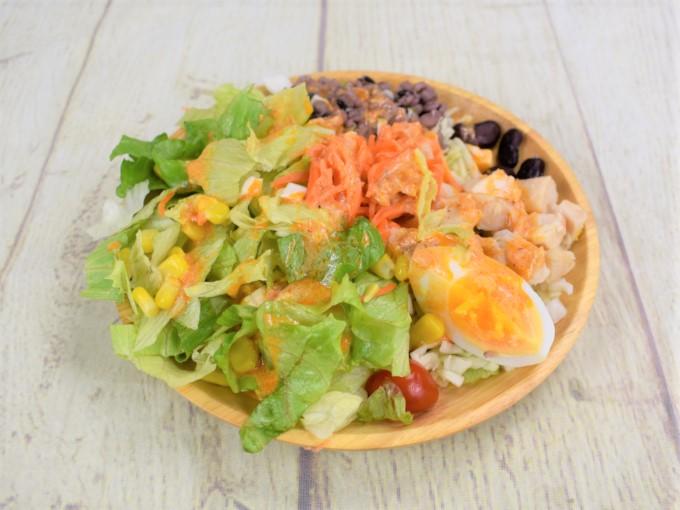 お皿の上に盛られた「13品目のコブサラダ」の画像