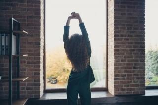 伸びをして背中のストレッチをする女性