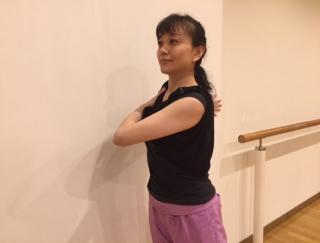 使うものは壁だけ!バレエダンサーが教える、バストアップストレッチ