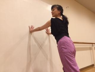 壁を使って脂肪燃焼!バレエダンサーが教える、代謝アップストレッチ
