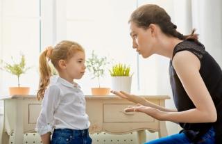 子供に真剣に話す女性