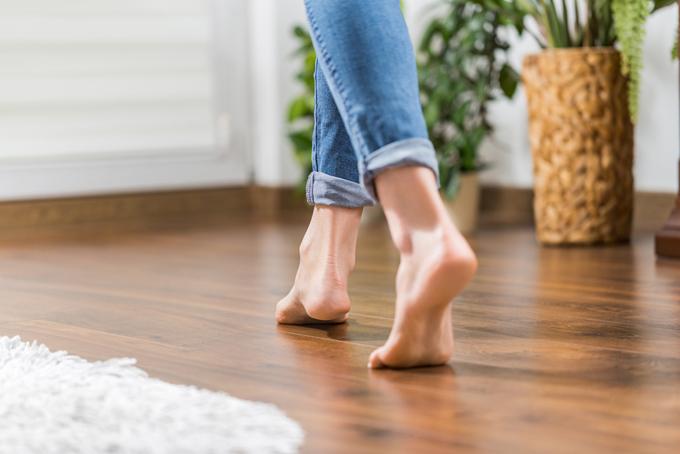 床を歩く足にフィーチャー