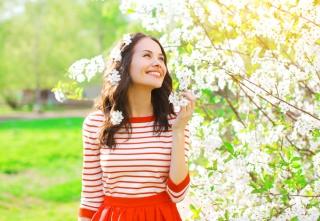 白い花を頭に飾っている女性の画像