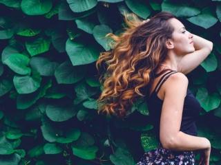 髪の毛がサラサラな女性の画像