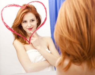 鏡を見て笑顔の女性