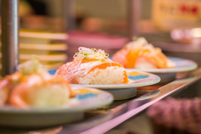 回転寿司の画像