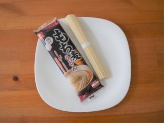 「もち麦うどん」パッケージと乾麺画像
