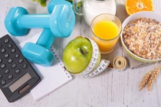 ダンベルやフルーツ、ノートなどの健康をイメージさせる画像
