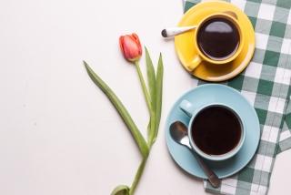 カラフルなコーヒーカップでカフェタイム