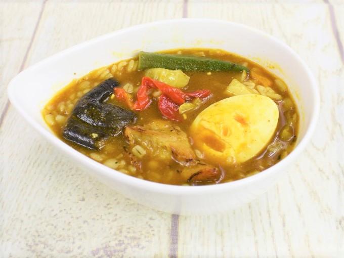 お皿に盛った「野菜とチキンのスープカレー」の画像