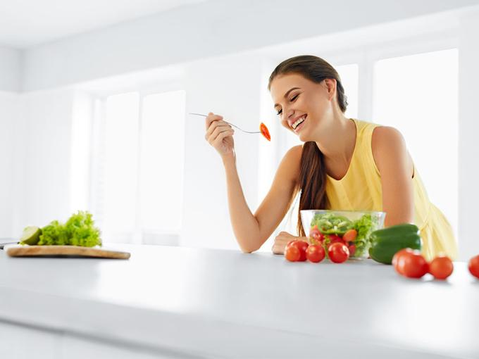 食事を取っている女性の画像