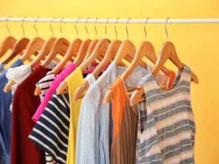 服を整理している女性の画像
