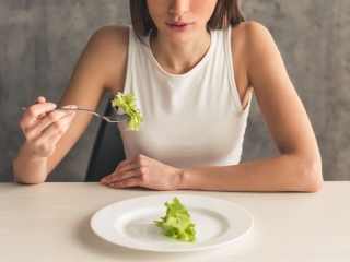 食事中の女性の画像