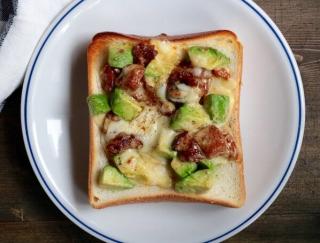朝ご飯にぴったり!エダジュンの「照り焼きチキンとアボカドのごちそうトースト」#缶詰レシピ