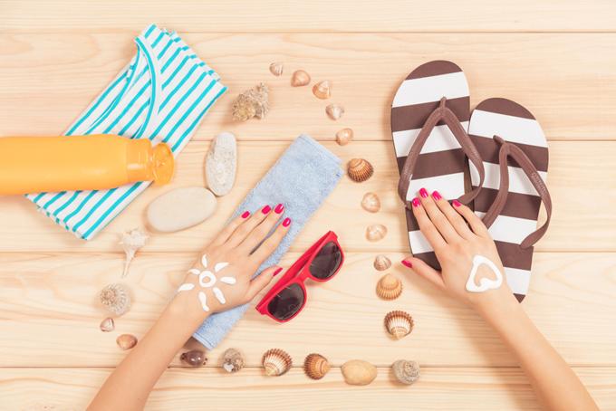 女性の両手と夏らしいグッズ画像