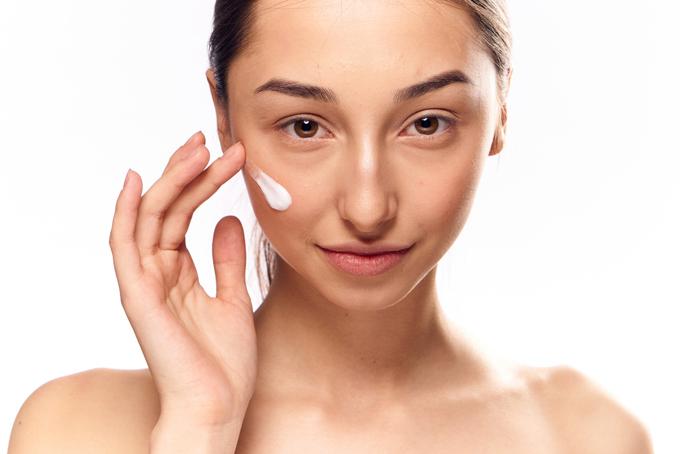 頬にクリームを塗る女性の画像