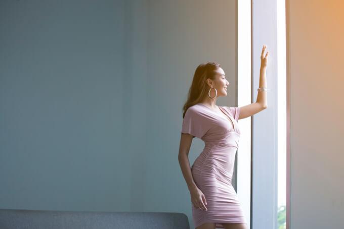 外をみているスタイルのいい女性