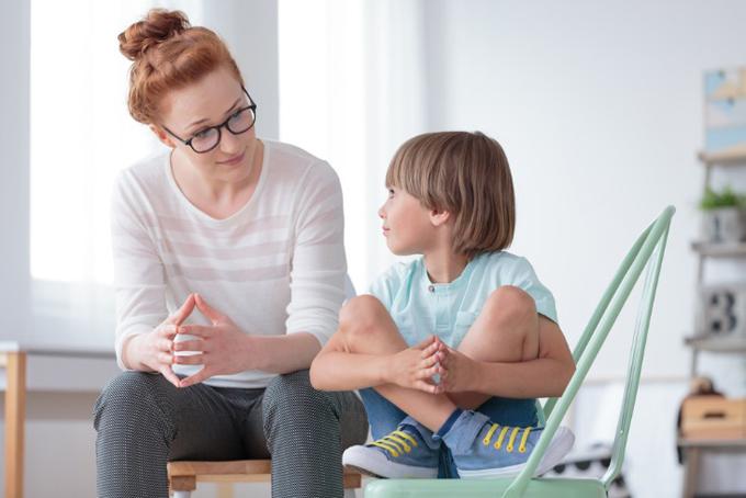 子供にやさしく話す女性