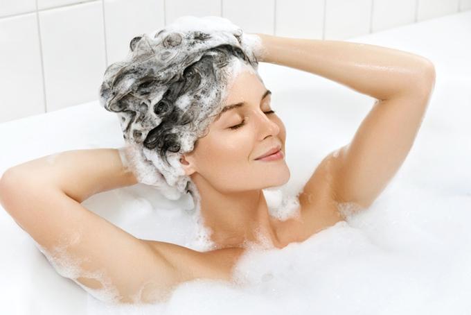 頭を洗っている女性の画像