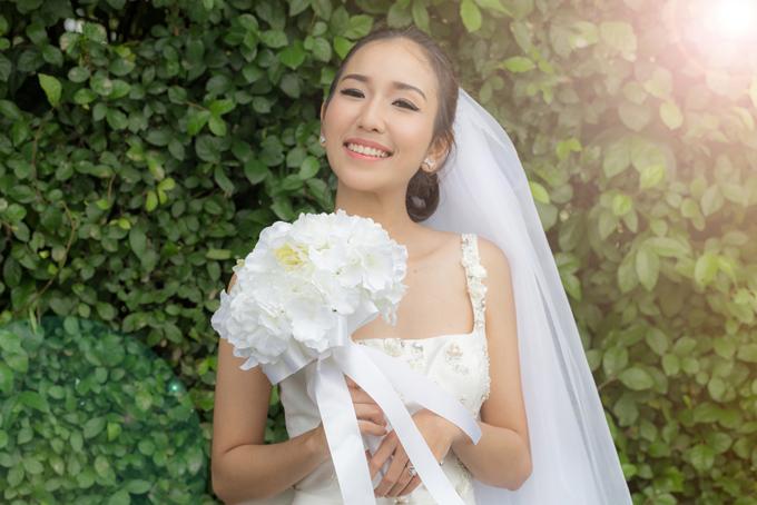 ドレスを着てブーケを持った女性の画像