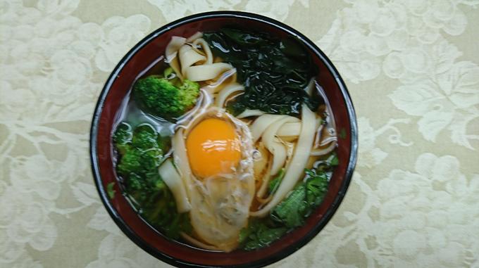 お取り寄せした名古屋名物きしめん(卵、カットわかめ、ブロッコリー、春菊をトッピング)