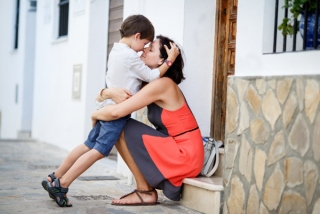 子供をはぐして話をする女性