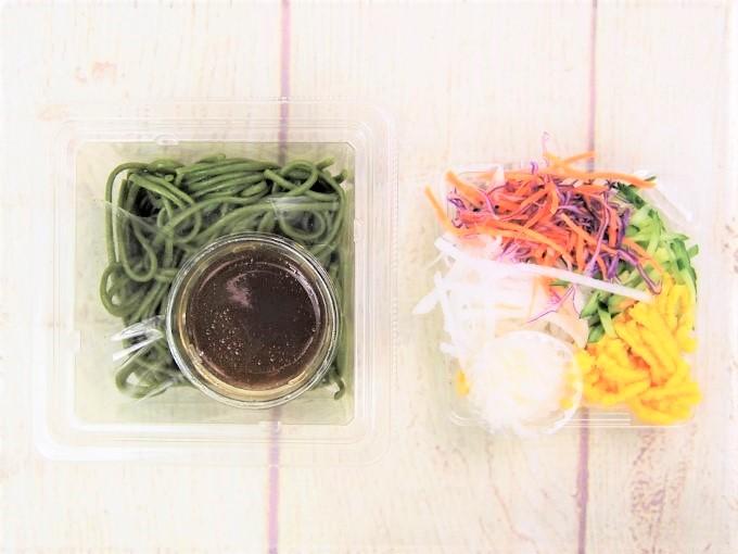蓋を開けた「とろろ芋と野菜のほうれんそう麺サラダ」の画像