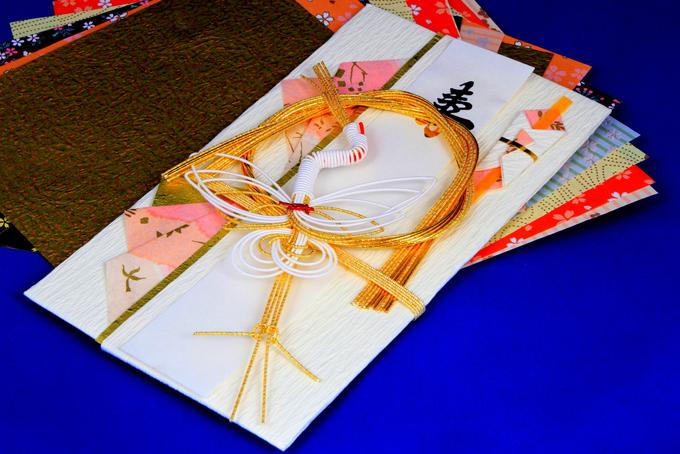 金の水引と鶴がデザインされた祝儀袋の画像