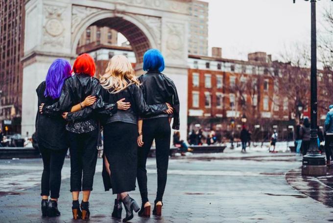 4人組の女性の後ろ姿をかっこよく