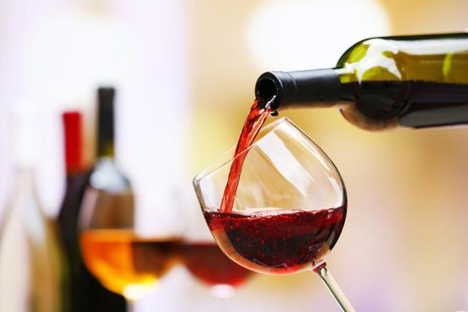 グラスにワインを注いでいる