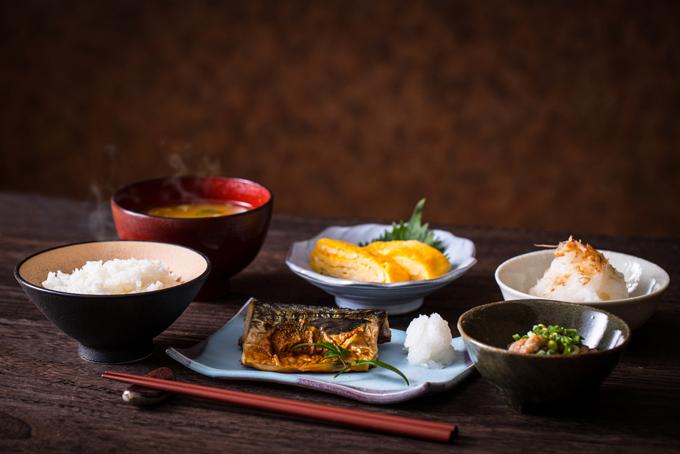 食卓に並ぶ料理の画像