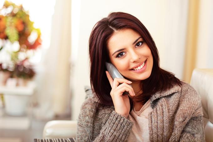 電話をかけている女性の画像