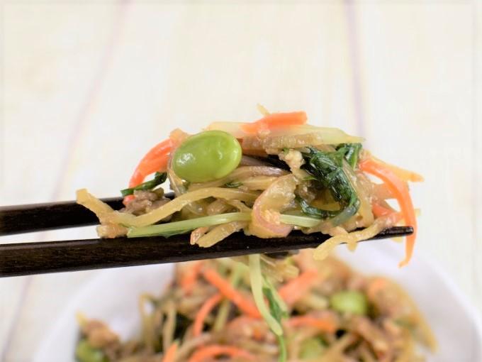 「国産ごぼうのシャキシャキ和風サラダ」を箸で持ち上げている画像