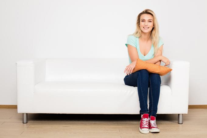 ソファーに座る女性の画像