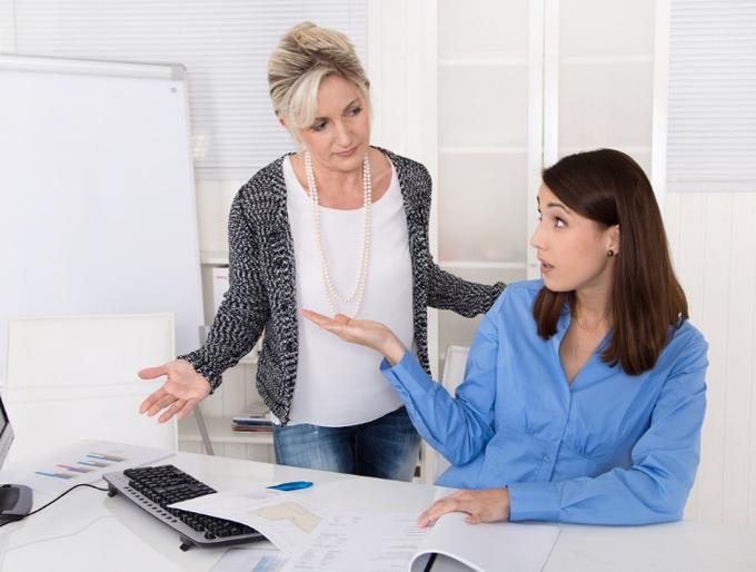 職場で意見を交わす女性ふたり