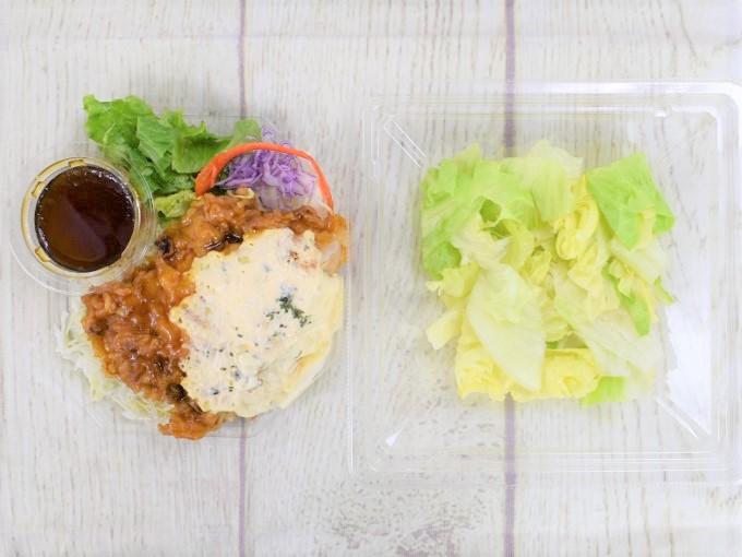 蓋を開けた「チキン南蛮のサラダ」の画像