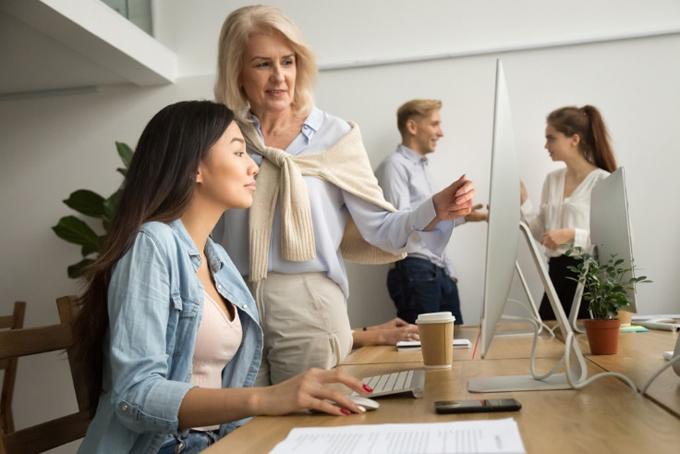 よい関係で会話を交わす職場の女性ふたり