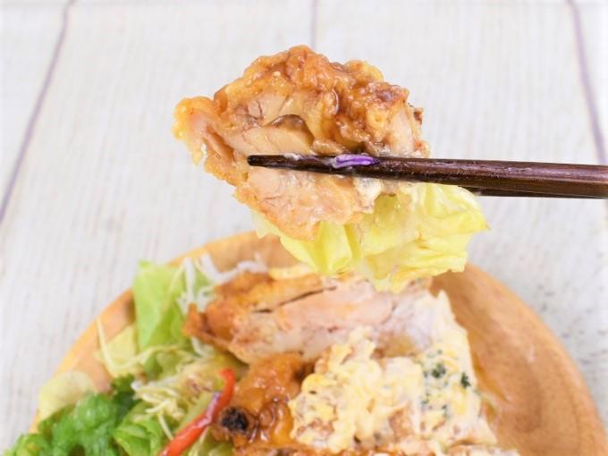 箸ですくった「チキン南蛮のサラダ」の画像