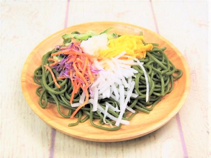 器に盛った「とろろ芋と野菜のほうれんそう麺サラダ」の画像