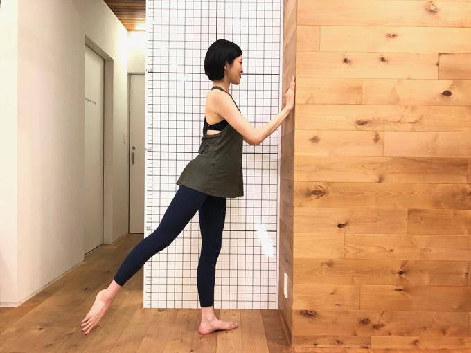 後ろの足を持ち上げる(