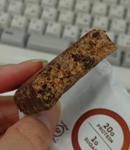 ONEチョコレートブラウニー味、割ったところ