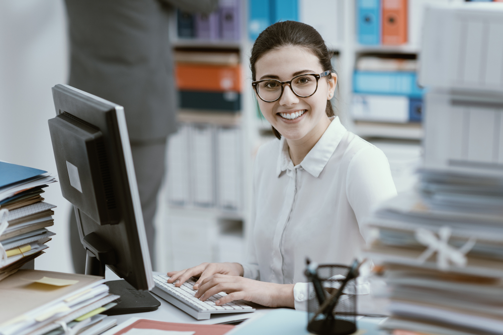 笑顔でパソコンに向かう女性