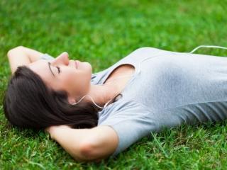 草の上で寝る女性