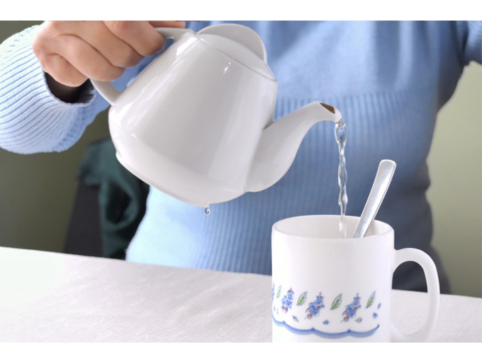 カップにお湯を注いでいる写真