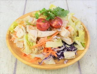 パクチーおいち~♡ エスニックなドレッシングが楽しめるナチュラルローソンの「ローストチキンとパクチーのサラダ」