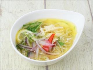 お皿に盛った「野菜と蒸し鶏のフォースープ」の画像