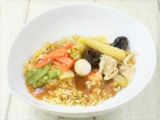 お皿に盛った「9品目の中華あんかけ炒飯」の画像