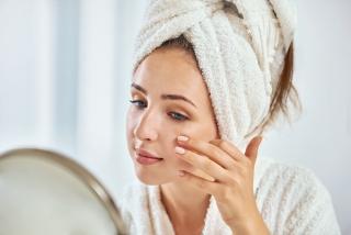 お風呂上がりの女性が鏡を見ている画像