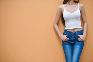キャミソールを着た女性の画像